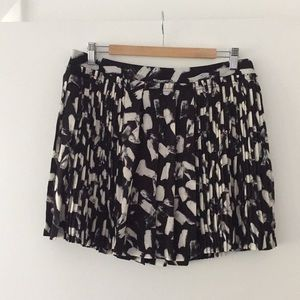 Banana Republic blk and wht print pleated skirt